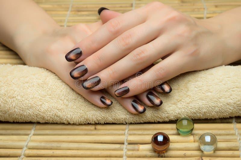 De spijkers van de mooie vrouw met aardige modieuze manicure royalty-vrije stock foto