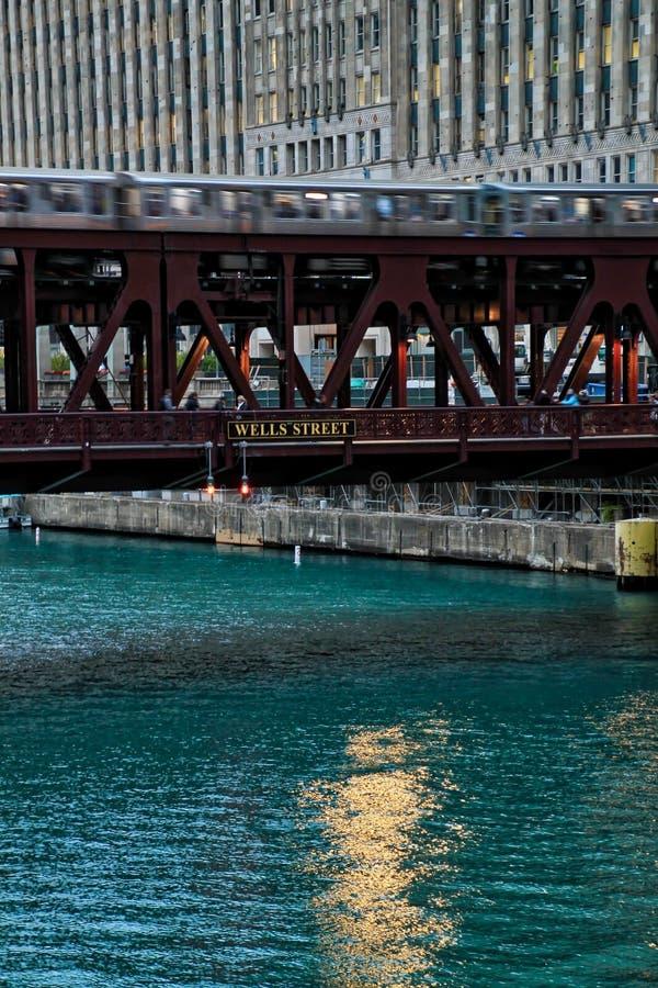 De spitsuurscène van opgeheven treinspoor voor Chicago's hief ` Gr ` overgaand op over de Rivier van Chicago stock afbeeldingen