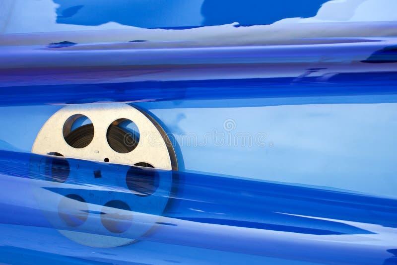 De spoel van de filmfilm op blauw stock afbeeldingen