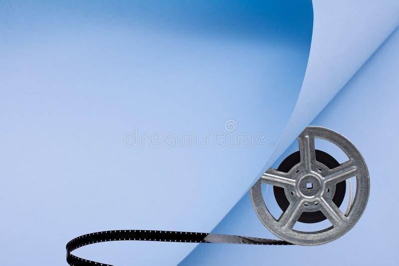 De spoel van de filmfilm op blauwe papper stock fotografie