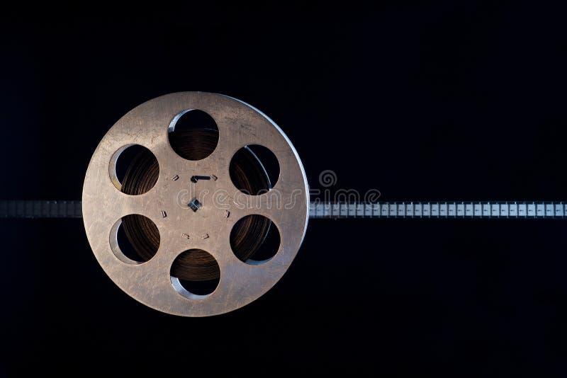 De spoel van de filmfilm op dark royalty-vrije stock afbeeldingen