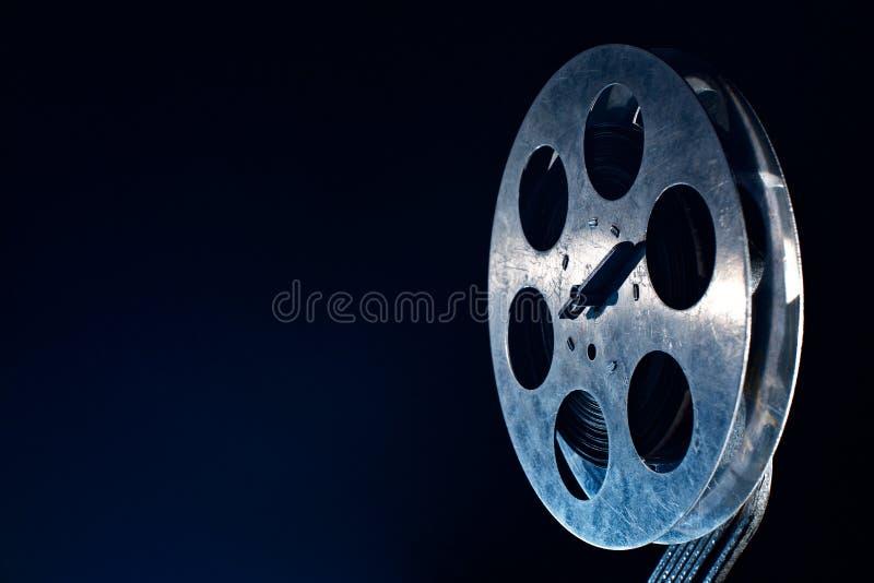 De spoel van de filmfilm op dark royalty-vrije stock fotografie