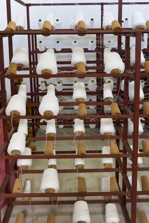 De spoelen van het garen op weefgetouw stock afbeeldingen