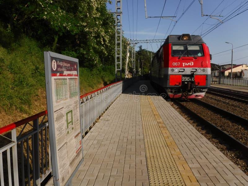 De spoorweg langs de kust van Groter Sotchi stock afbeeldingen