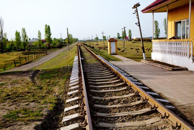 De spoorweg van Azerbeidzjan binnen met hemel op groene achtergrond Een spoorweg draait rechtop door het de lente groene gebied I royalty-vrije stock afbeelding