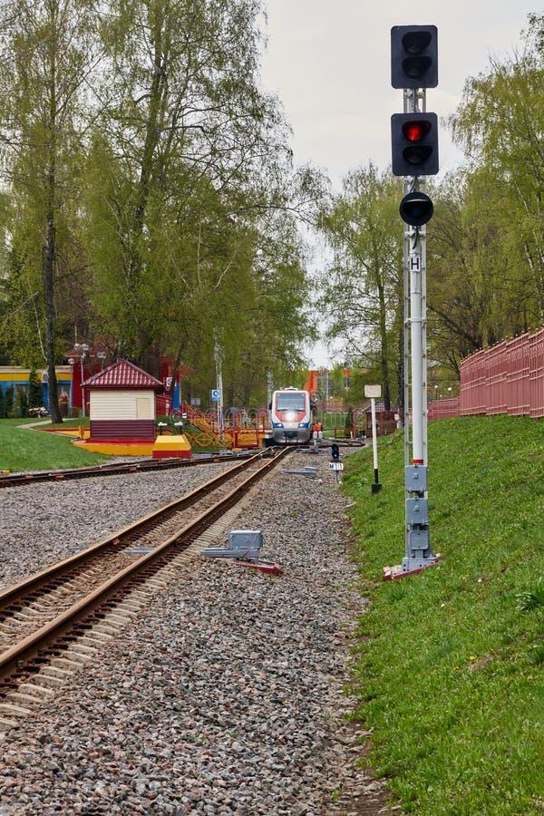 De spoorweg van de verkeerslicht smal-maat stock fotografie