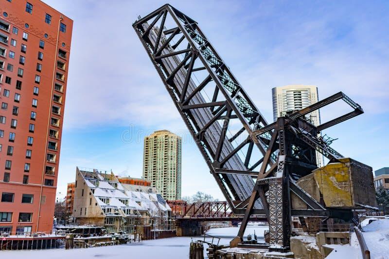 De Spoorwegbrug van de Kinziestraat over de Bevroren Rivier die van Chicago wordt opgeheven royalty-vrije stock afbeelding