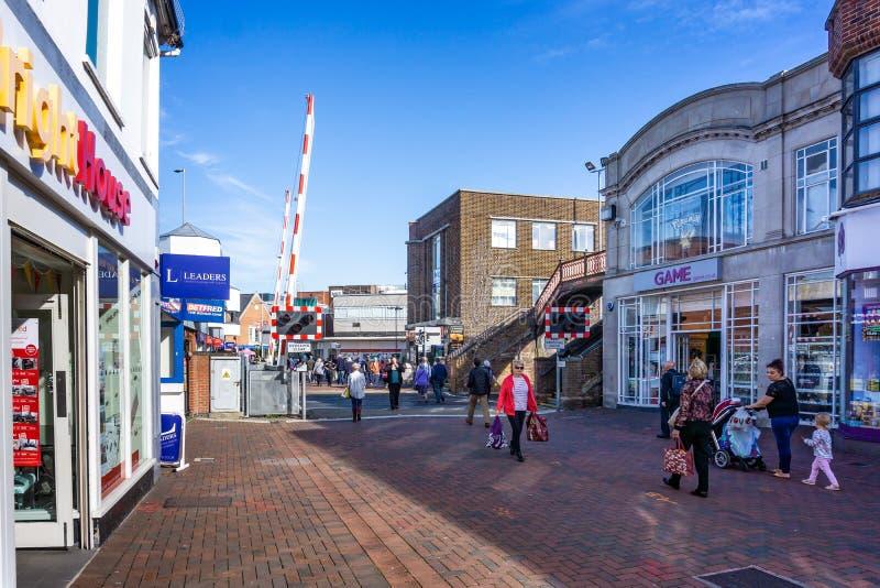 De spoorwegovergang in stadscentrum met veiligheidspoorten staat tot voetgangers toe om in Poole, Dorset, het UK te kruisen stock afbeelding