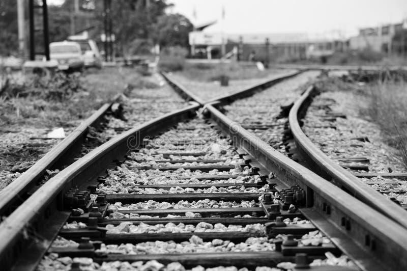 De spoorwegspoor van de treinspoorweg voor verbinding in zwarte witte backgro stock foto's