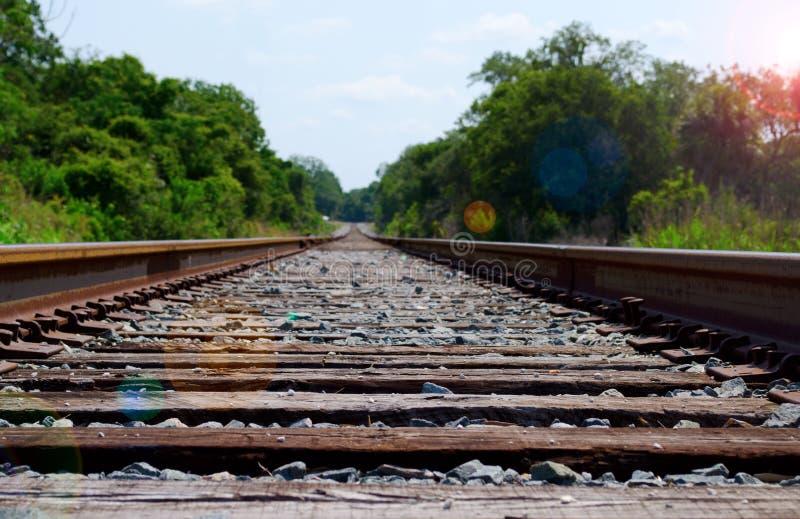 De sporen die van de trein weg in de afstand leiden stock afbeelding