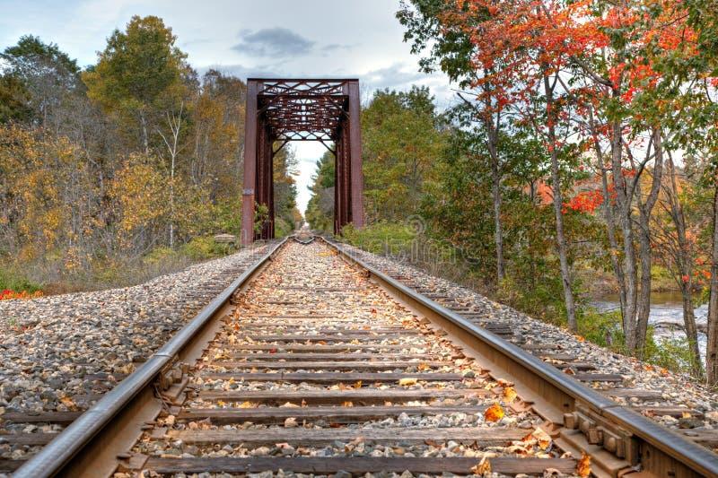 De sporen en de brug van de trein royalty-vrije stock afbeeldingen