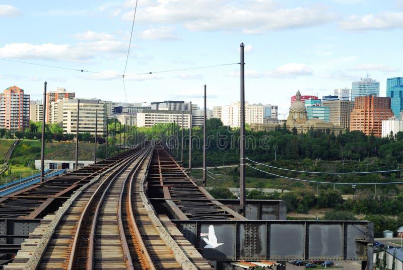 De sporen van de spoorweg aan de stad in stock afbeelding