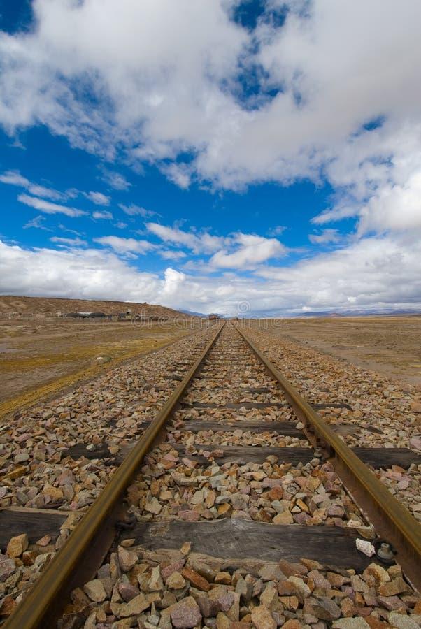 De sporen van de spoorweg aan nergens royalty-vrije stock afbeelding