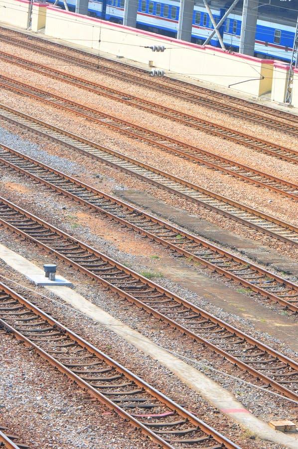 De sporen van de spoorweg en trein stock foto