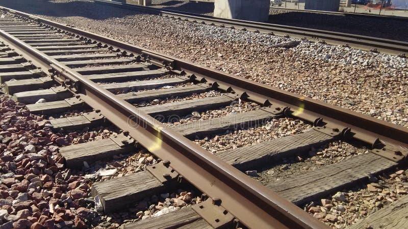 De sporen van de spoorweg neer door de Rivier van Missouri royalty-vrije stock afbeelding