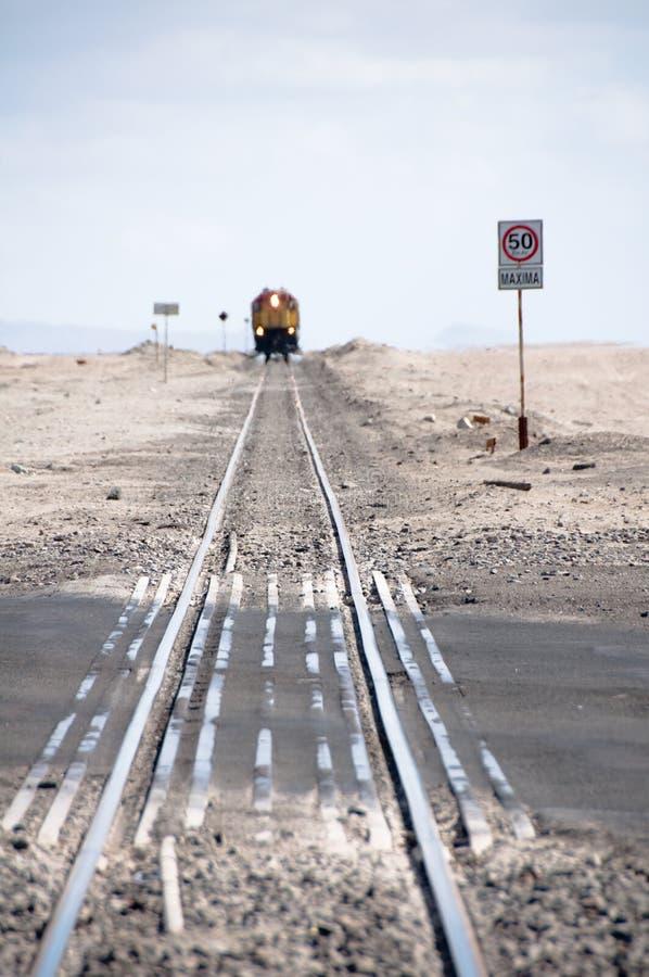 De sporen van de trein in de woestijn stock foto's