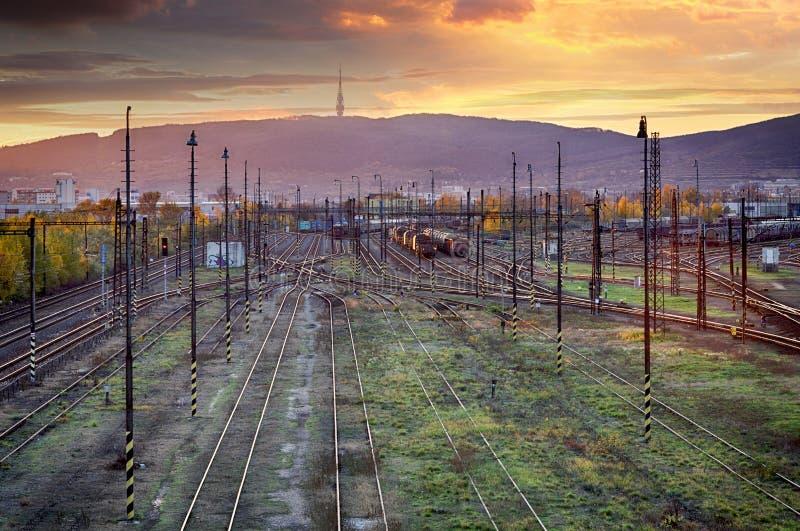 De sporen van de treinspoorweg bij zonsondergang, Bratislava royalty-vrije stock foto