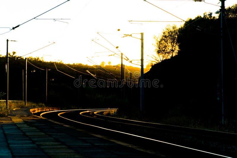 De sporen van de spoorweg bij zonsondergang royalty-vrije stock afbeelding