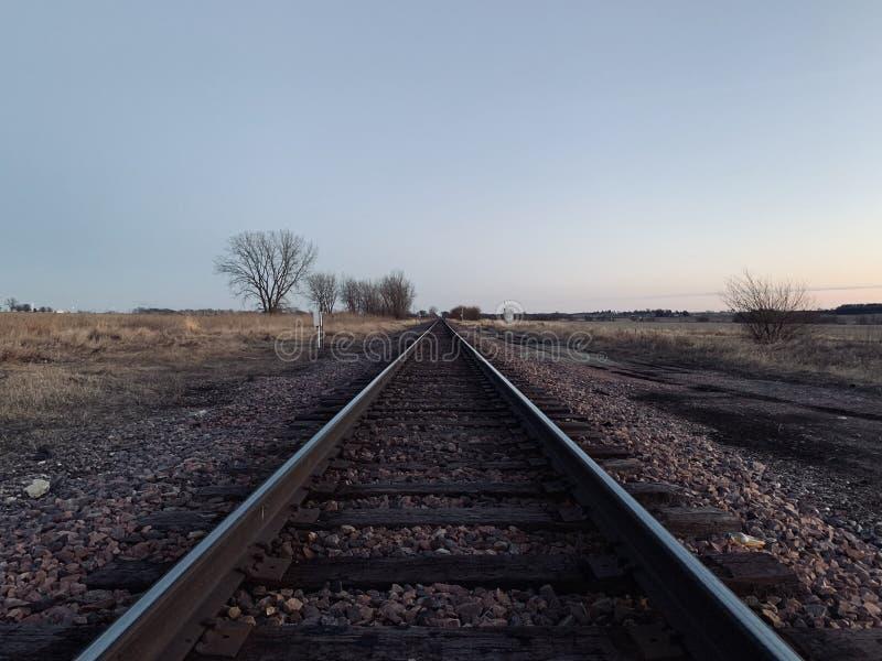 De Sporen van de spoorwegtrein bij Zonsondergang in Illinois stock afbeeldingen