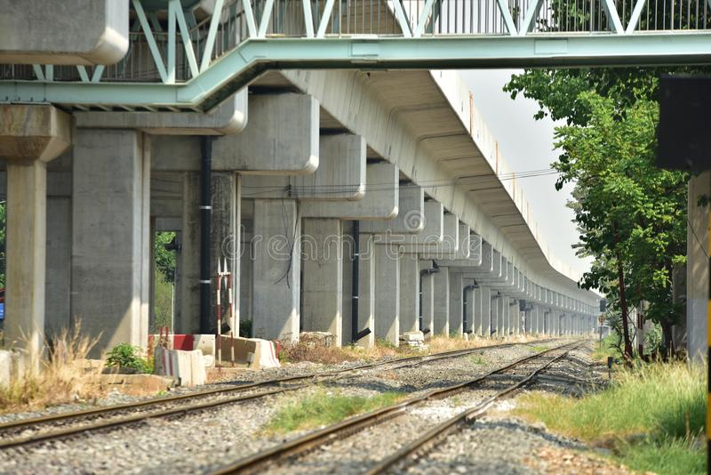 De sporenclose-up van de treinspoorweg De lengte van het spoorwegspoor Spoorweg Trein stock afbeeldingen