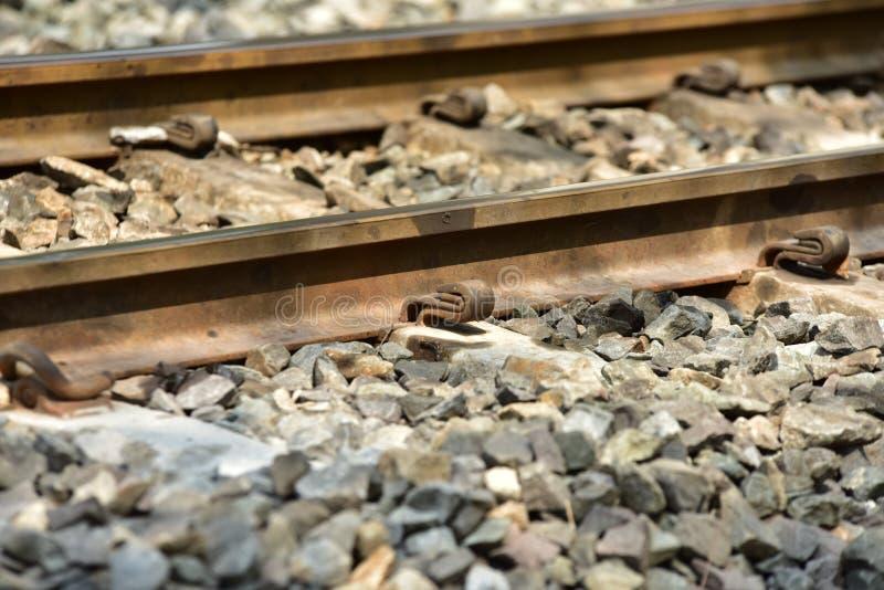 De sporenclose-up van de treinspoorweg De lengte van het spoorwegspoor Spoorweg Trein stock foto