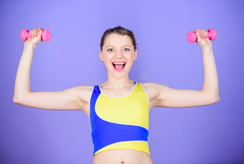 De sport is de manier van haar leven Gezond levensstijlconcept Geschiktheidsoefeningen met domoren Training met domoren Meisje stock fotografie