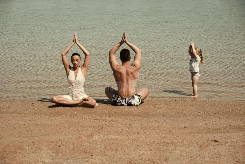 De sport van de familie Kind, man en de vrouw die, yoga stellen, famile de het mediteren stock foto