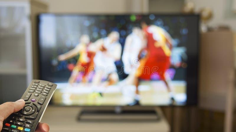 De sport van het horlogebasketbal op TV stock afbeelding