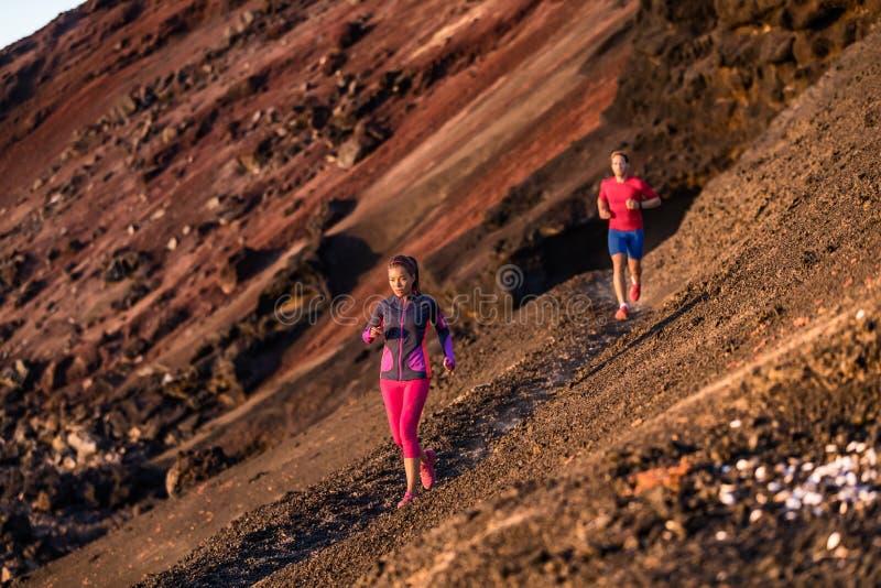 De sportatleten op sleep stellen in openlucht het uitoefenen van cardio opleiding samen in de zomer bij zonsondergang in werking  stock foto's