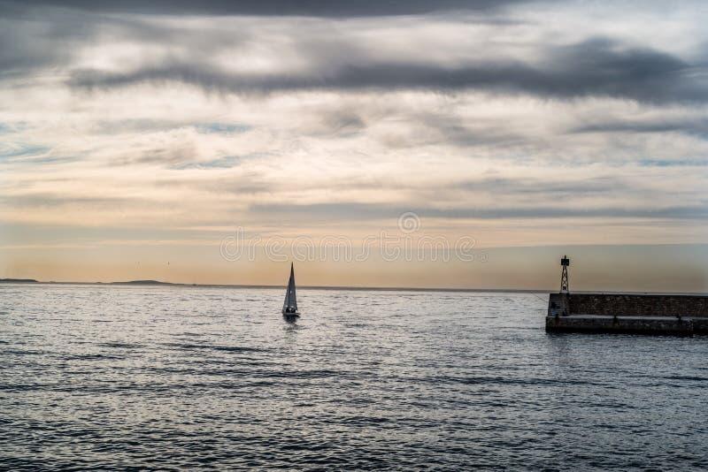 De sportboot buiten de haven royalty-vrije stock fotografie