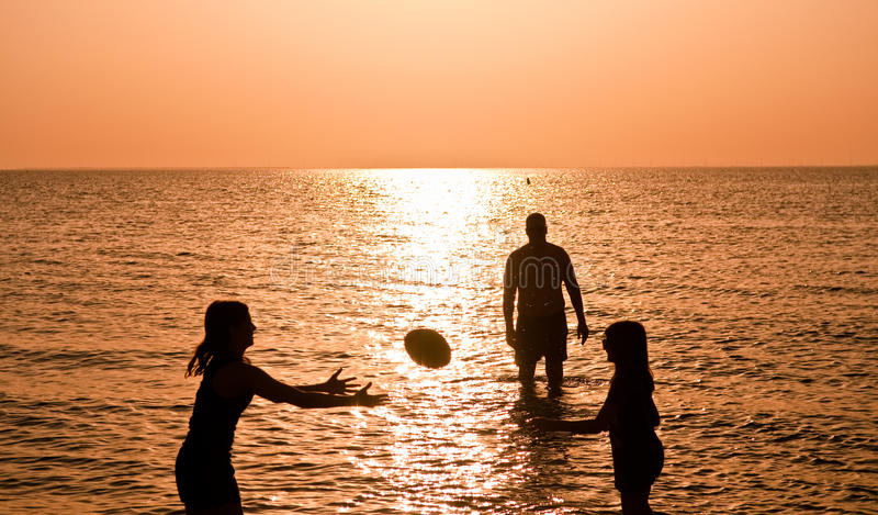 De Sporten van de familie bij het Strand stock foto's