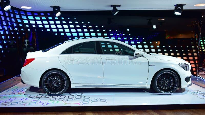 De sportencoupé van CLA AMG op vertoning bij de Mercedes Benz-galerij langs Champ Elysees stock foto