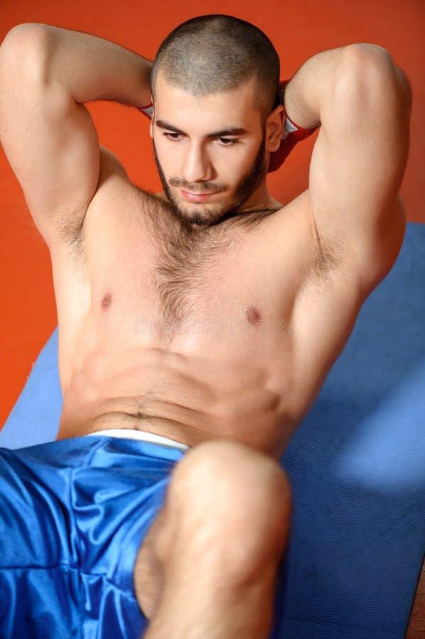 De sportman doet training in een gymnastiek royalty-vrije stock foto