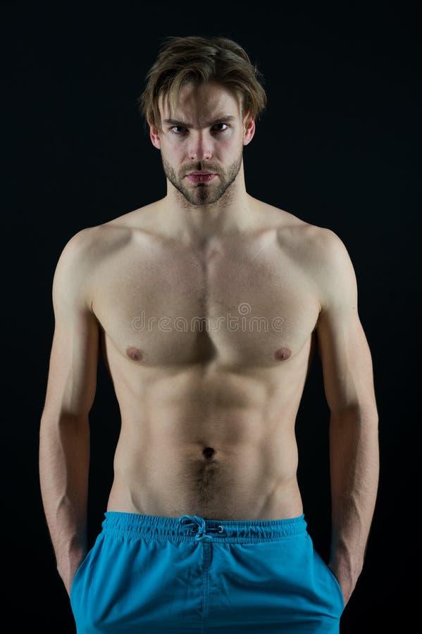 De sportman met zes pakken en ab-de spieren in Macho met sexy torso en borstmensenbodybuilder met geschikt lichaam Opleiding en t royalty-vrije stock afbeelding