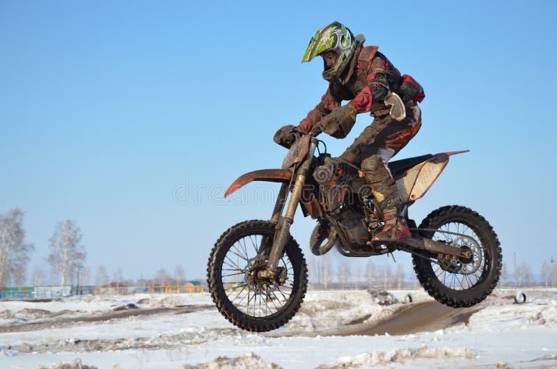 De sportman op de motorfiets vliegt door de lucht royalty-vrije stock foto's