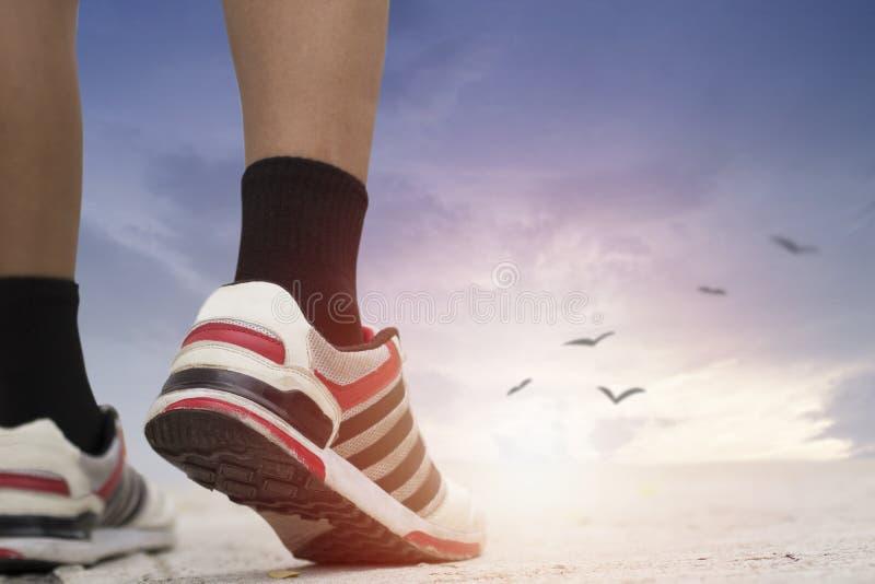De sportmens die aan doel, concept lopen zoals looppas aan succes, gelooft en het geloof van het leven, kan winnaar zijn kan gebr royalty-vrije stock fotografie