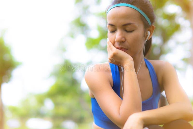 De sportvrouw die rust nemen luistert aan de muziek met vreedzame mening royalty-vrije stock foto