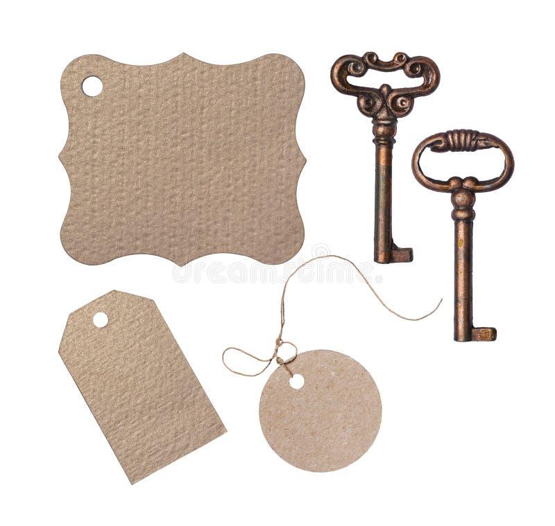 De spot plaatste omhoog van leeg pakpapierprijskaartje en uitstekende sleutels stock afbeelding