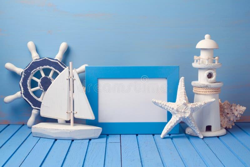 De spot van de de zomervakantie op malplaatje met affichekader en decoratie Exemplaarruimte voor tekst stock foto