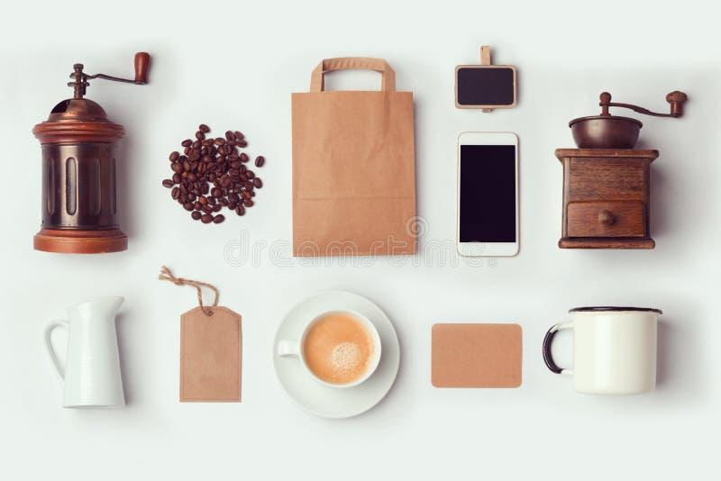 De spot van de koffiewinkel op malplaatje voor het brandmerken van identiteitsontwerp Vlak leg stock foto