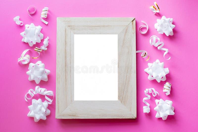 De spot van het fotokader omhoog met ruimte voor tekst, witte confettien op blauwe achtergrond Leg Vlakke, hoogste mening De acht stock afbeelding