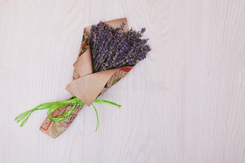 De spot van het lavendelboeket omhoog op bureau hoogste mening als achtergrond royalty-vrije stock foto