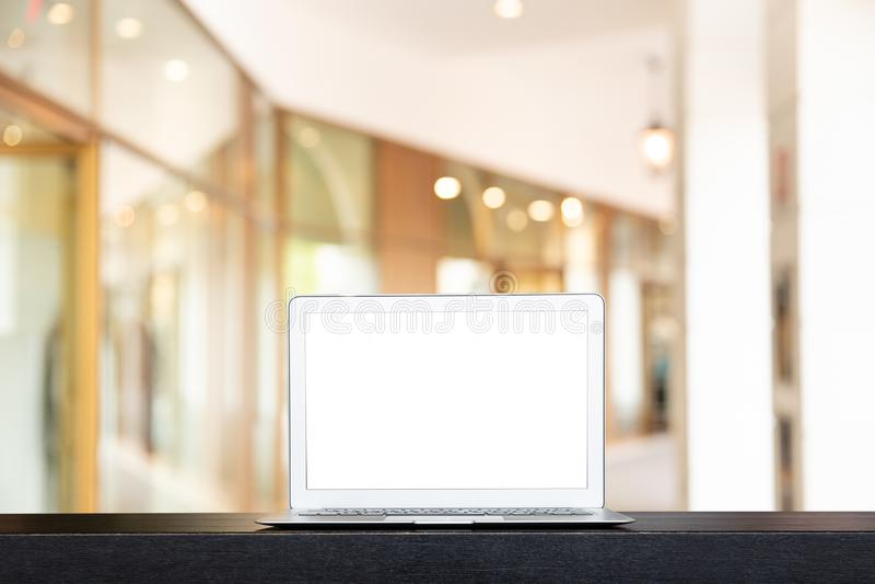 De spot van moderne computer of laptop met vertroebelde omhoog de de gangmanier of gang in het gebouw voor het winkelen stock afbeelding