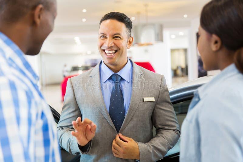 De sprekende klanten van de voertuighandelaar stock afbeeldingen
