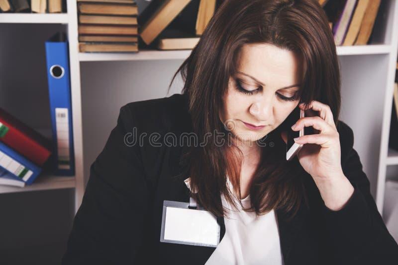 De sprekende telefoon van de vrouw royalty-vrije stock fotografie
