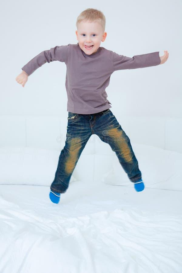 De springende jongen van het bed stock afbeeldingen