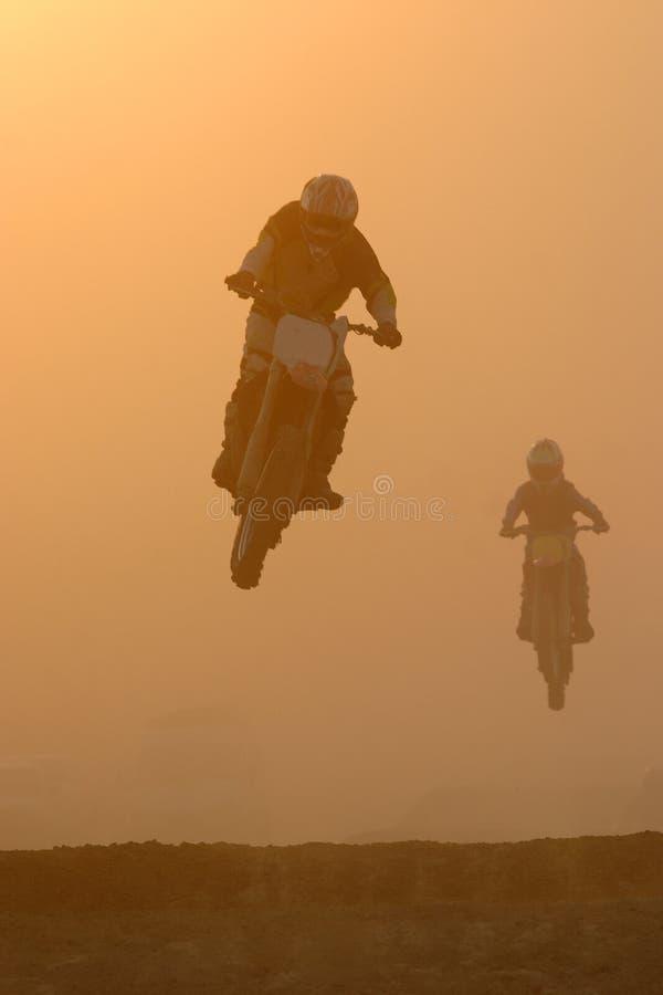 De sprong van de motocross in stoffig royalty-vrije stock afbeelding