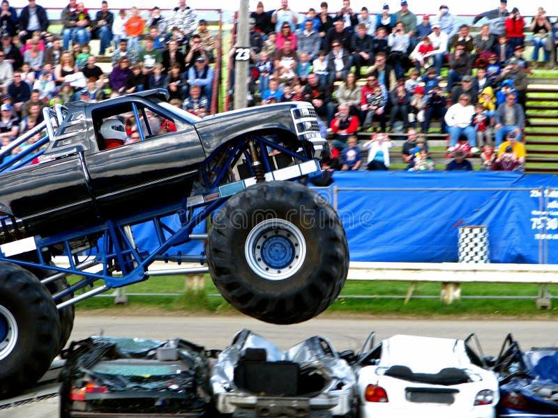 De Sprong van de Vrachtwagen van het monster stock afbeeldingen