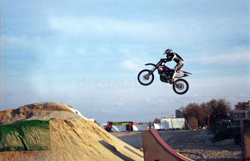 De sprong van Motorbiker stock foto's