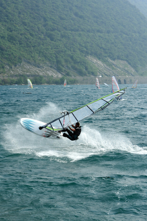 De sprong van Windsurf stock foto